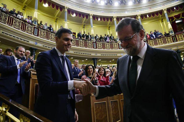 Pedro Sánchez (l) shakes Mariano Rajoy's hand in Congress on Friday.