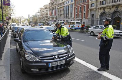 Madrid traffic officers fine two official cars in 2008.