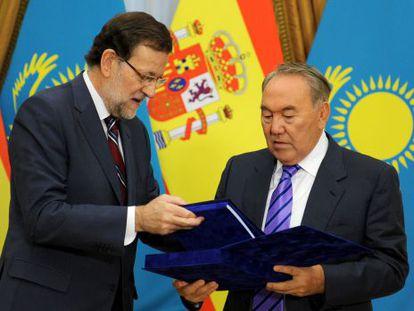 Mariano Rajoy (l) receives the log books from Nursultan Nazarbayev last week.