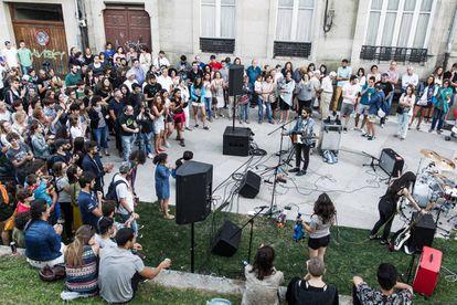 An outdoor gig in Santiago.