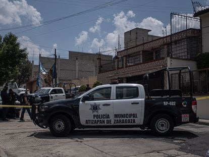 Local police officers watching the suspect's home in Atizapán de Zaragoza.