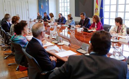 Acting Prime Minister Pedro Sánchez (c) in a meeting about Brexit.