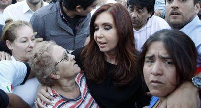Fernández de Kirchner meets with flood victims in a Buenos Aires slum on April 3.