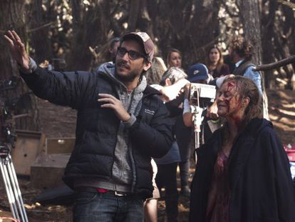 Fede Álvarez on the set of Evil Dead with actress Elizabeth Blackmore.