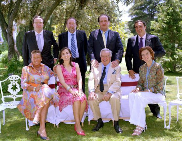 David Álvarez (seated, second from right) with his seven children in their last full family photo taken in 2005.