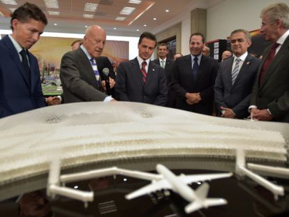 Norman Foster and Enrique Peña Nieto discussing the project.