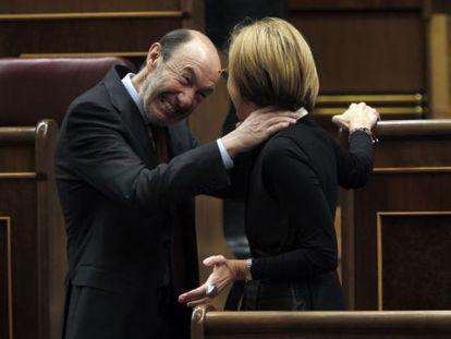 Rubalcaba jokes with Rosa Díez in Congress.