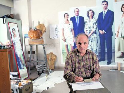 Antonio López in his studio in front of the photographs of the royal family in 1995.