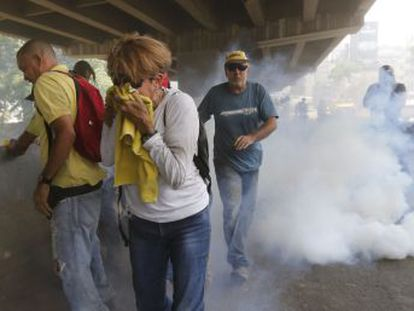 Three dead in clashes throughout the country on Wednesday; 100,000 opponents of Maduro marched in Caracas