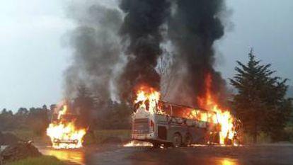 A bus on fire in Cherán, Michoacán.
