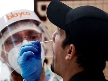 A health worker carrying out a PCR test in Navarre in October 2020.