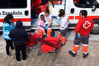 Red Cross workers assisting migrants in Tarifa (Cádiz) on May 30.