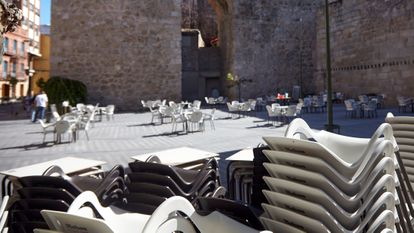 An outdoor seating area without customers in Talavera de la Reina (Toledo).
