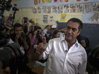 Jaime Rodriguez Calderón votes in Sunday's election.