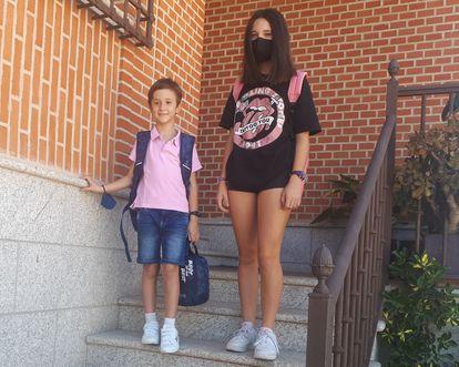 The siblings David and Rosalía Pinel, ready to go back to school in La Puebla de Montalbán (Toledo).