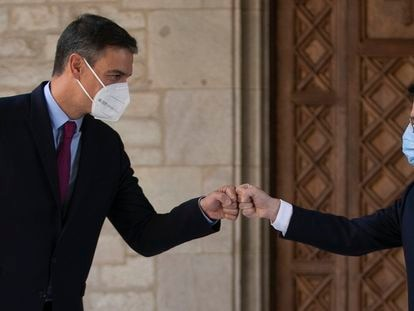 Spanish PM Pedro Sánchez (left) and Catalan premier Pere Aragonès greet one another in Barcelona on Wednesday.