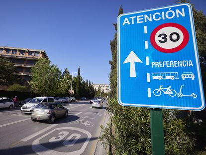 A street lane in Granada indicating the 30km/hour speed limit.