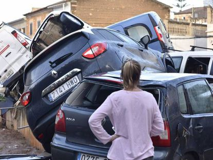 Video: images recorded by residents on Tuesday and shared on social media. Photo: Cars piled up after the flooding in Mallorca.
