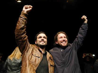 Izquierda Unida leader Alberto Garzón (left) and Podemos chief Pablo Iglesias celebrate their deal.