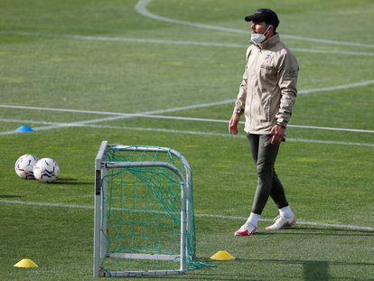 Diego Simeone, the manager of Atlético de Madrid, during a training session.