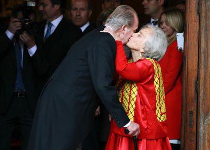 Elena Poniatowska greeting King Juan Carlos at the Cervantes award ceremony.