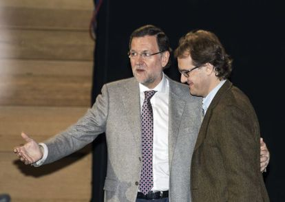 Mariano Rajoy (l) and Manuel Giménez, the son of ETA victim Manuel Giménez Abad, at the PP conference at the weekend.