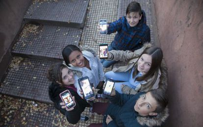 Sara, Sauditu, Hugo, Isa and Kacper show off their smartphones.