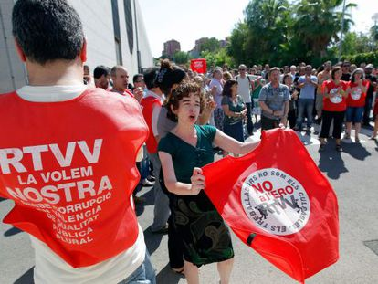 Canal 9 workers protesting on Monday outside the channel's studios.