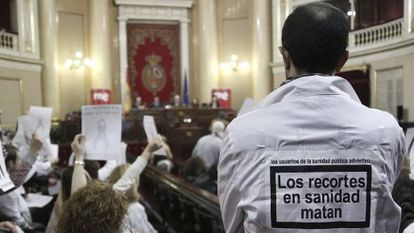 Madrid healthcare workers protest privatization plans in the Senate on Tuesday.