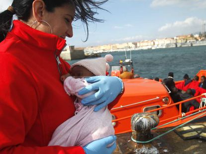 A Red Cross worker with a rescued baby in Tarifa.
