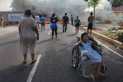 Protesters take to the streets of the city of Maracaibo after two days without electricity.