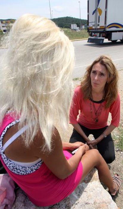 La Jonquera Mayor Sònia Martínez talking to a sex worker in 2012.