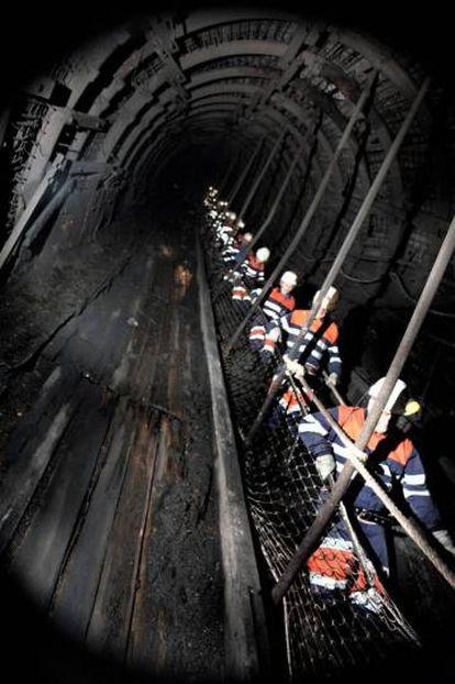 Descent into the Pozo Sotón mine in San Martín del Rey Aurelio.