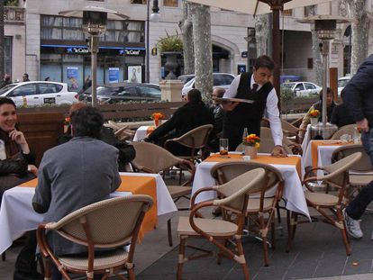 A waiter in Palma this Thursday.