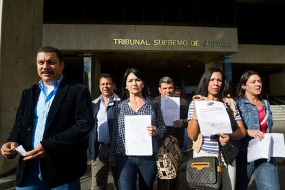 Opposition deputies show up at the Supreme Court.