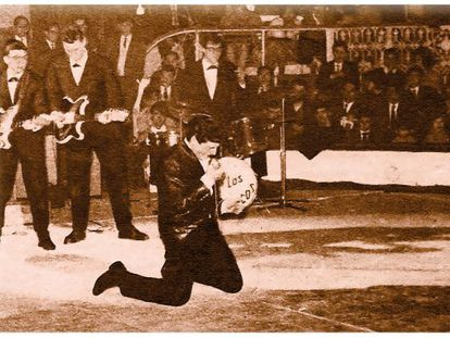 Mike Ríos, during a concert at the Circo Price in the 1960s.