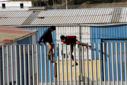 Two minors escaping a shelter to avoid deportation to Morocco.