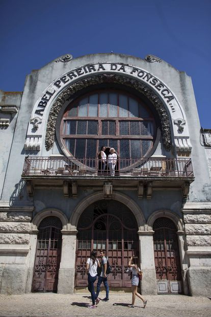 Sara de Paretere and her mother Maria Alvares in front of the Abel Pereira da Fonseca wine warehouse, which has been converted into offices.