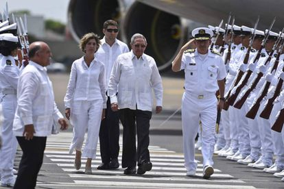 Cuban President Raúl Castro is met in Cartagena by Colombian Foreign Minister Paty Londoño.