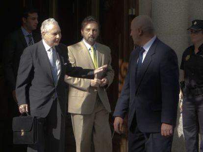 Carlos DÍvar (left) on his way out of the Supreme Court.