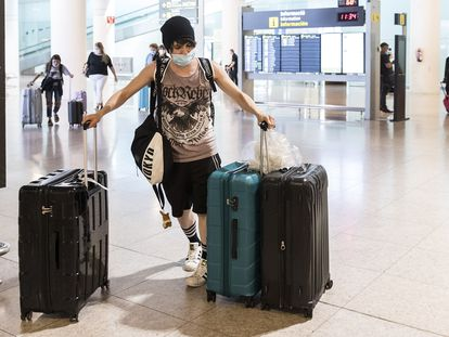 Travelers arrive in Barcelona's El Prat airport on June 21.
