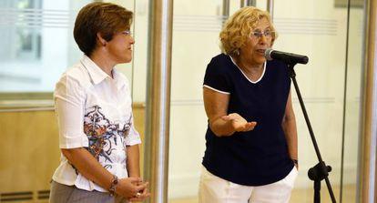 Carmena, con Purificación Causapie, en la rueda de prensa en la que ha anunciado que el Ayuntamiento buscará un edificio para Patio Maravillas.