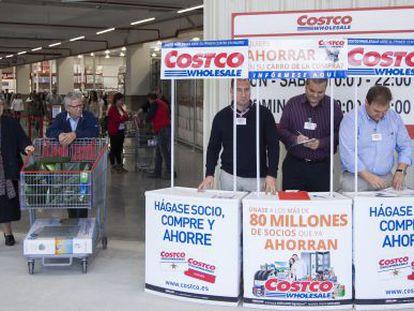 Customers shop at Costco in Getafe (Madrid).