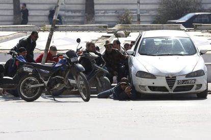 Tunisian security forces take positions during Wednesday's attack.