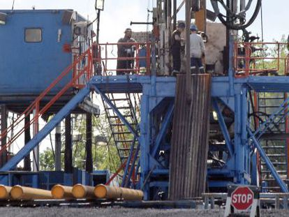 A crew works on a gas drilling rig at a well site for shale-based natural gas in Zelienople, Pennsylvania.