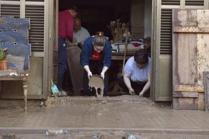 Residents of Sant Llorenç des Cardassar (Mallorca) try to clean up their homes after the flooding.