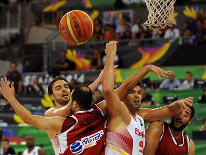 Spain's Pau Gasol (l) and Felipe Reyes in action against Egypt on Sunday.