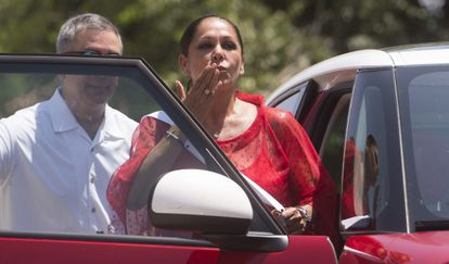 A smiling Isabel Pantoja blows a kiss to well-wishers on Monday.