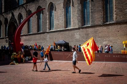 A few pro-independence supporters in Barcelona's Plaça del Fossar de los Moreres on Friday.