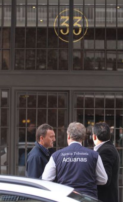 Tax agency officers standing outside the home of Rodrigo Rato in Madrid.